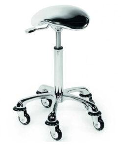 Sgabello Rollercoaster Eccentric cromato Sibel è un sedile in ecopelle ad effetto cromato e schiuma ad alta densità per il massimo comfort. Look di lusso con leva a base cromata. Rotelle a prova di capelli con finitura cromata. Misure: 29 x 29 x 7 cm